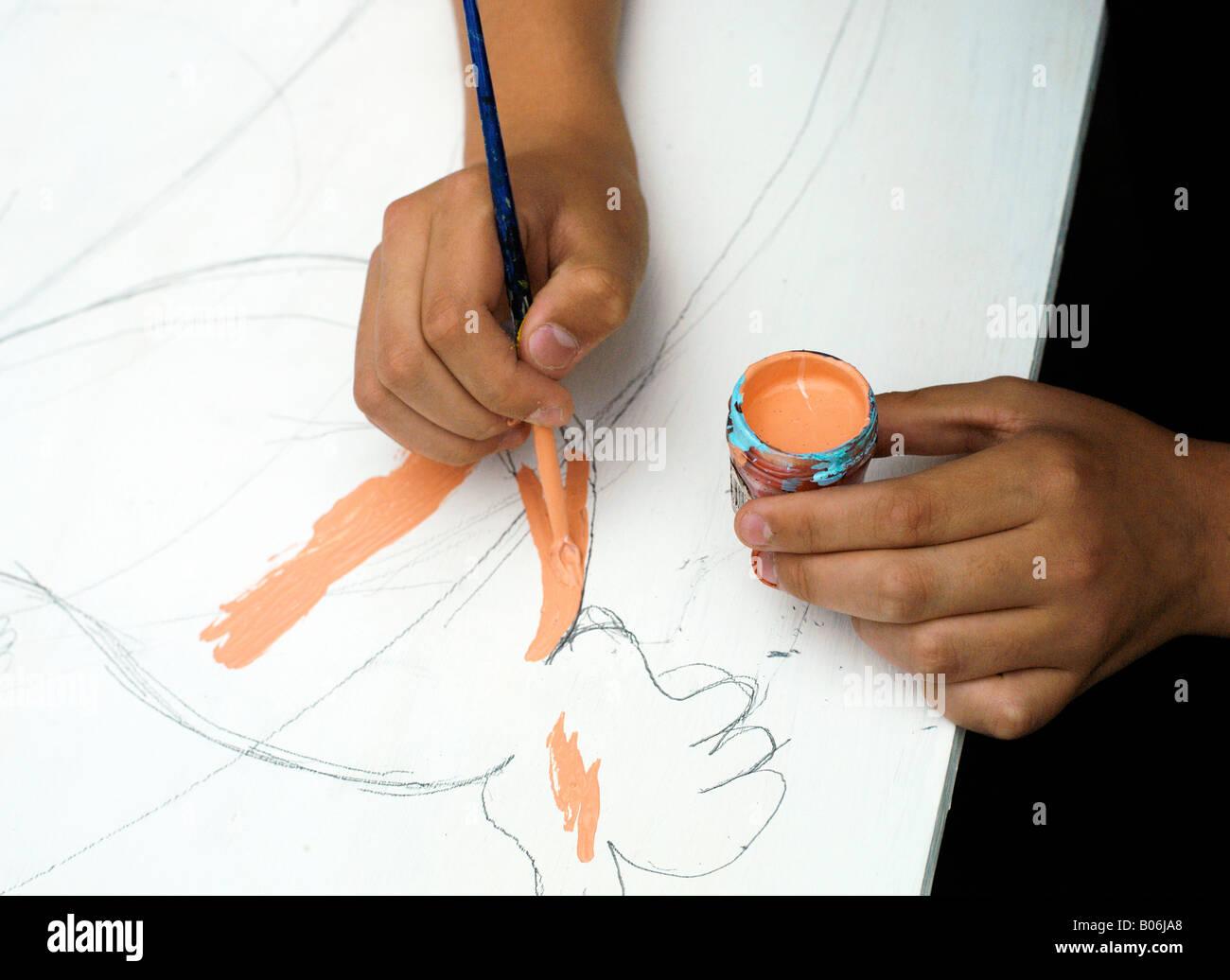 Childs manos pintura foto Foto de stock