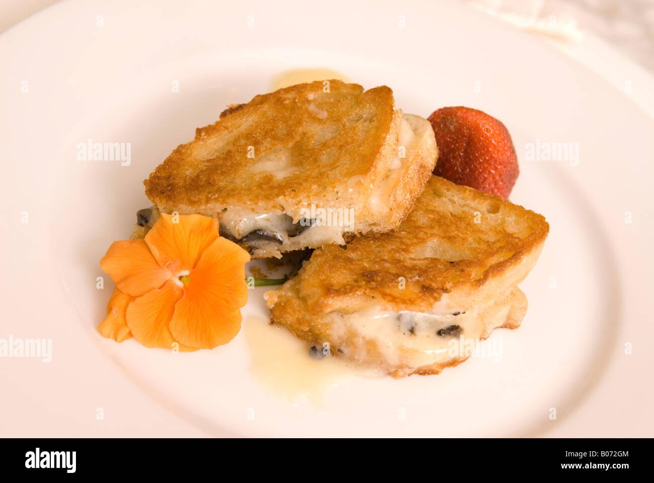 Primer plano de Diamante Negro Trufa sándwich con pan de masa fermentada y queso derretido EE.UU. Foto de stock