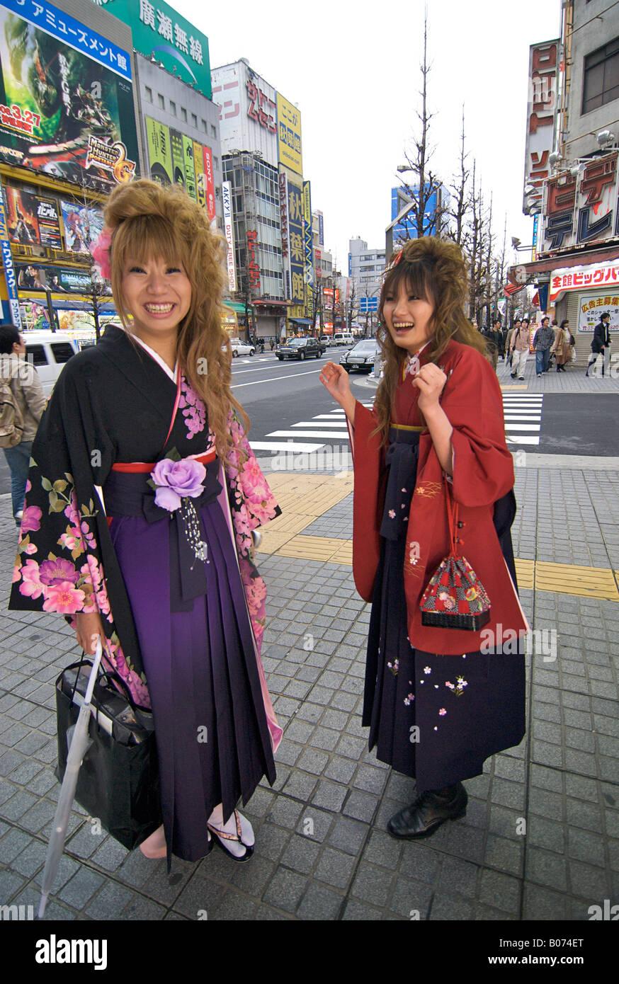 Fresco desde clases de kimono. Jóvenes japoneses posar para una foto. Ciudad Electrónica de Akihabara en Tokio JAPÓN Foto de stock