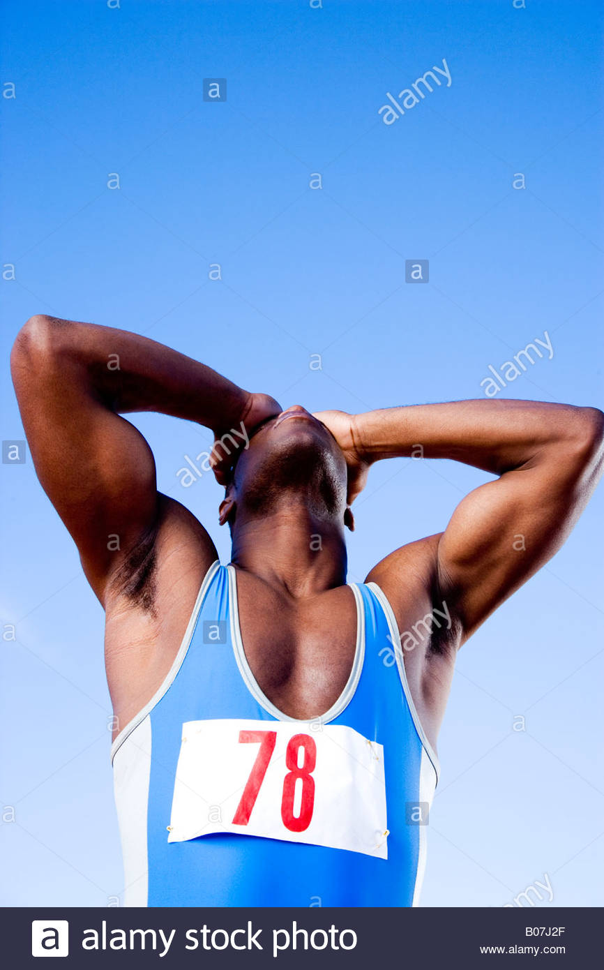 Retrato de un atleta que acaba de perder, sosteniendo su cabeza en la desesperación Imagen De Stock