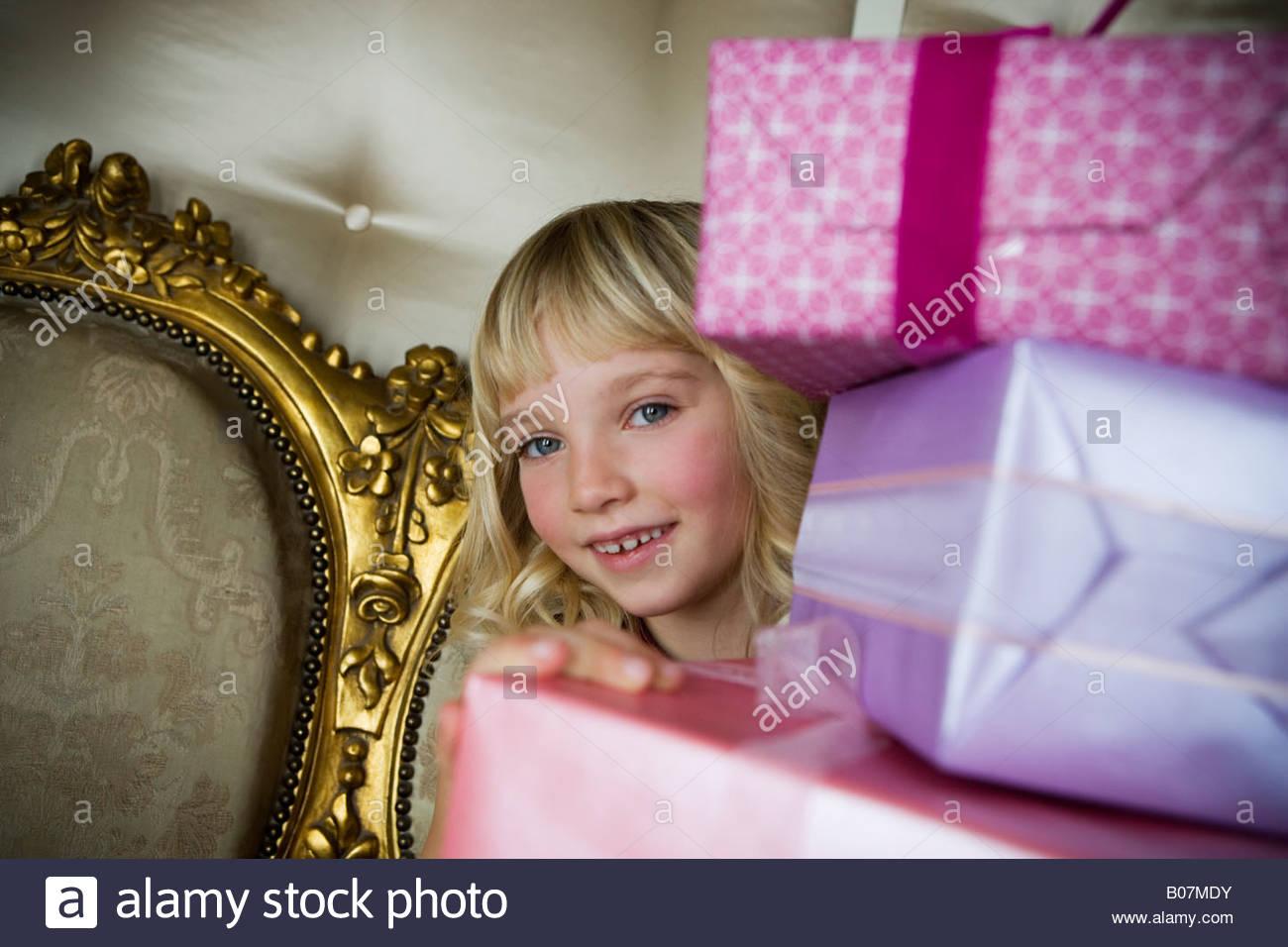 Niña con regalos de cumpleaños Imagen De Stock