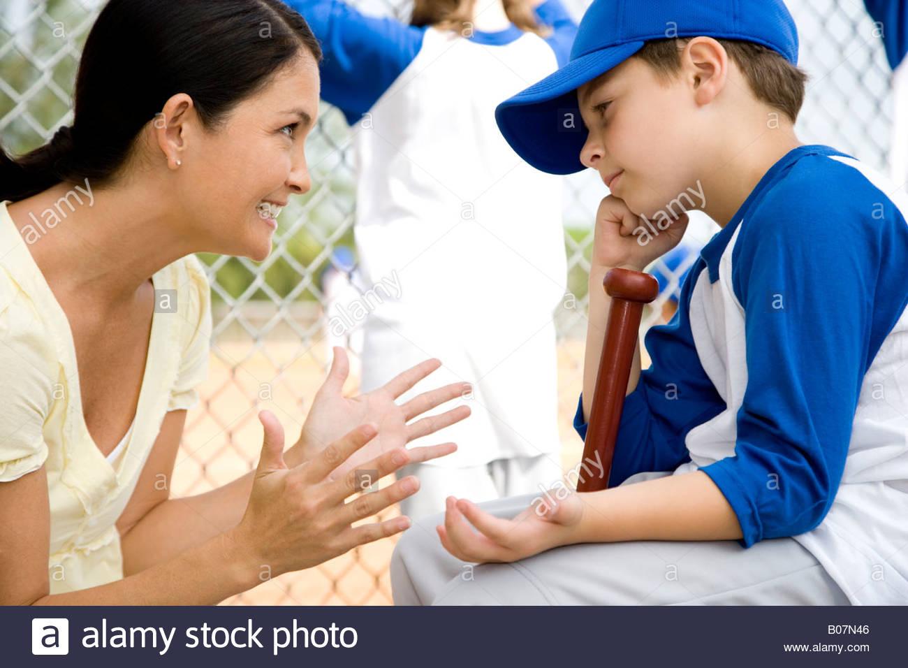 Madre Hijo alentadores en Little League Baseball juego Imagen De Stock