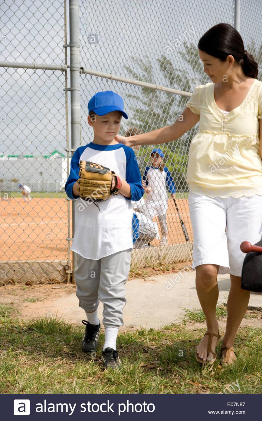Madre Hijo alentadores en juego de béisbol Imagen De Stock