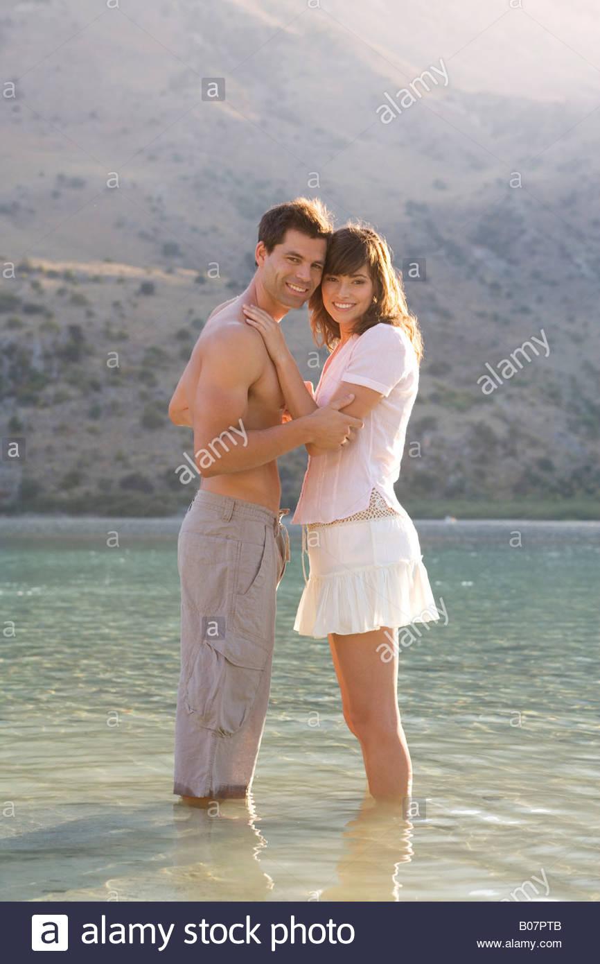 Una pareja remando en un lago Imagen De Stock