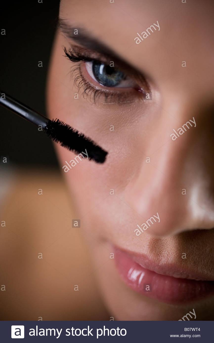 Mujer de aplicar el rímel Imagen De Stock