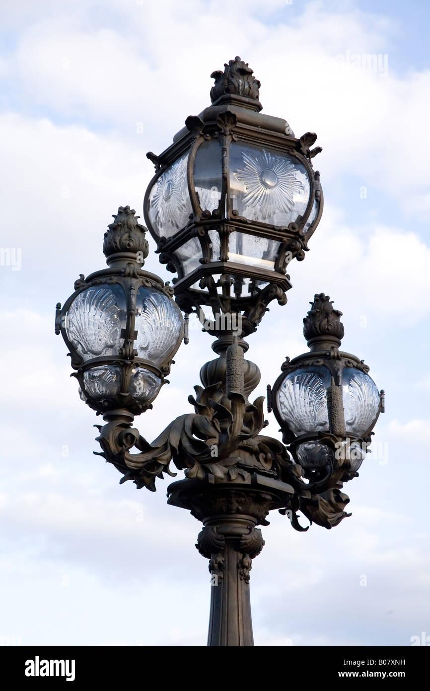 Farolas ornamental en Puente Alexandre III puente, París, Francia Foto de stock