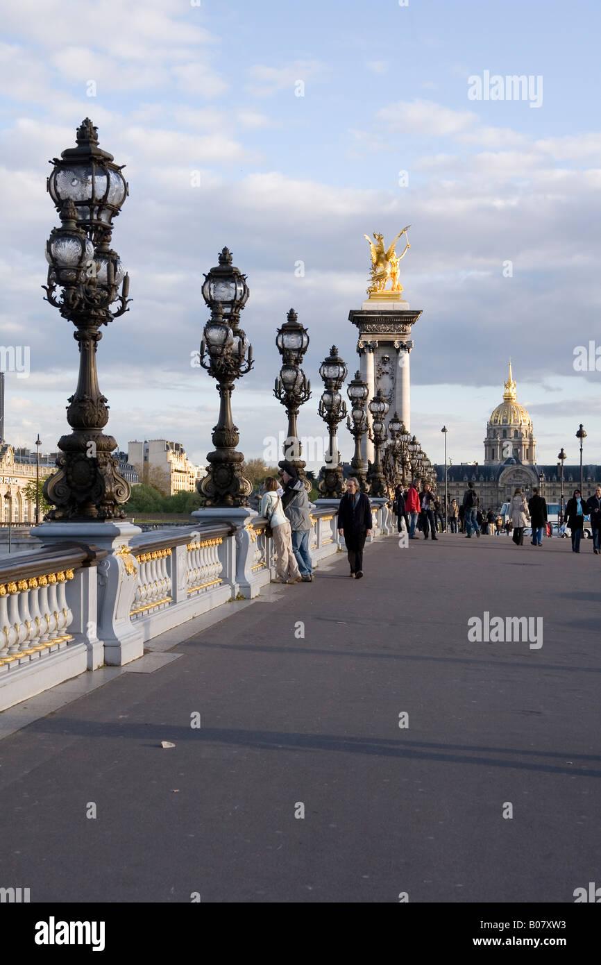Puente Alexandre III puente con el Hotel de les Invalides en París, Francia, el fondo Foto de stock