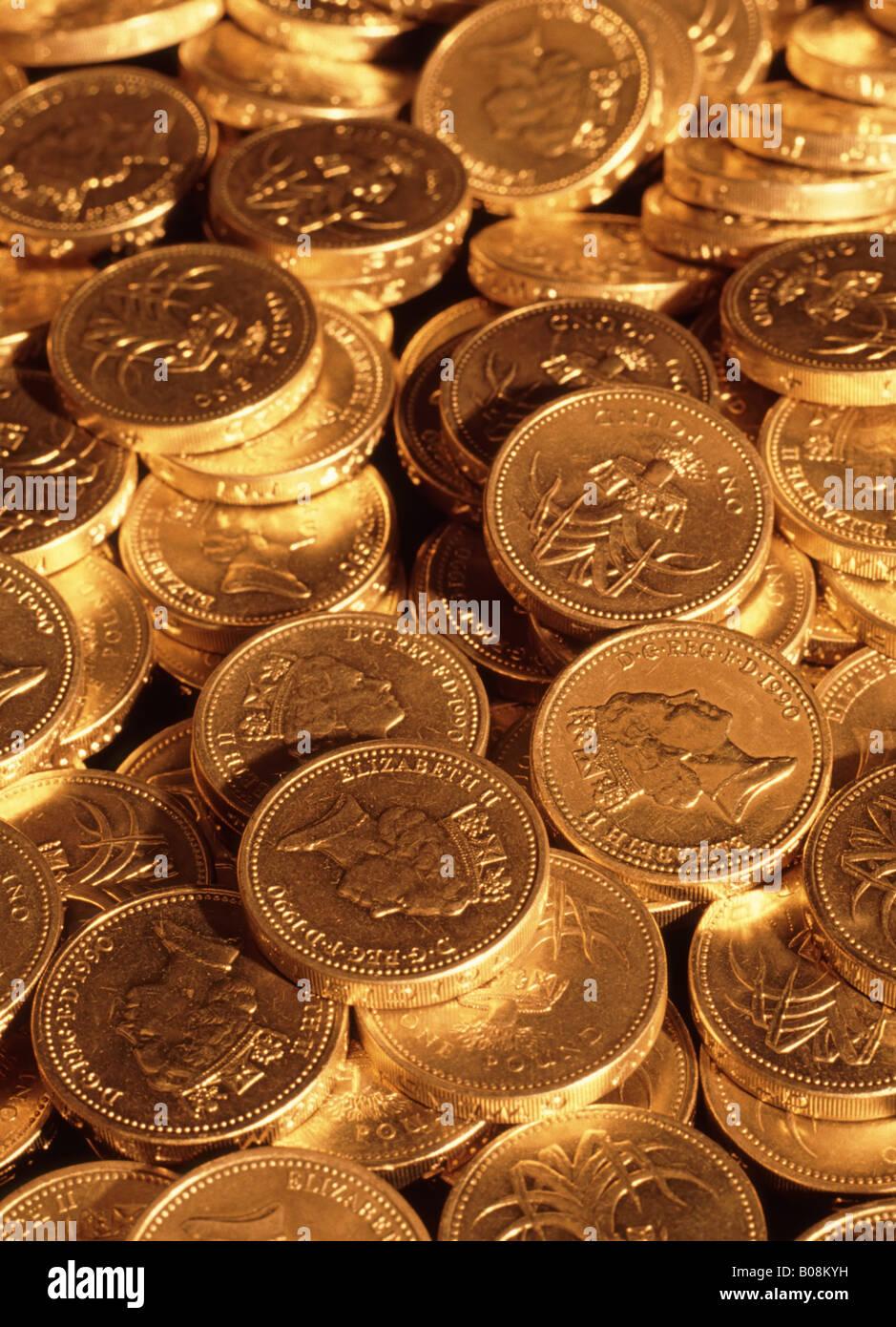Libra esterlina monedas bajo la iluminación de oro (moneda de curso legal en Inglaterra, Escocia, Gales) Imagen De Stock