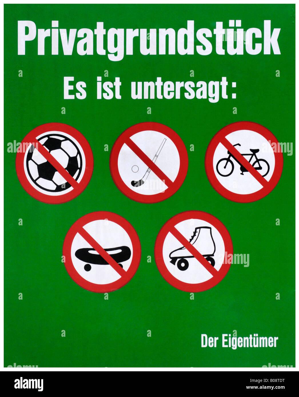 Signo del propietario: jugar al fútbol o al hockey, andar en bicicleta, patinaje y rollerskating prohibida Imagen De Stock