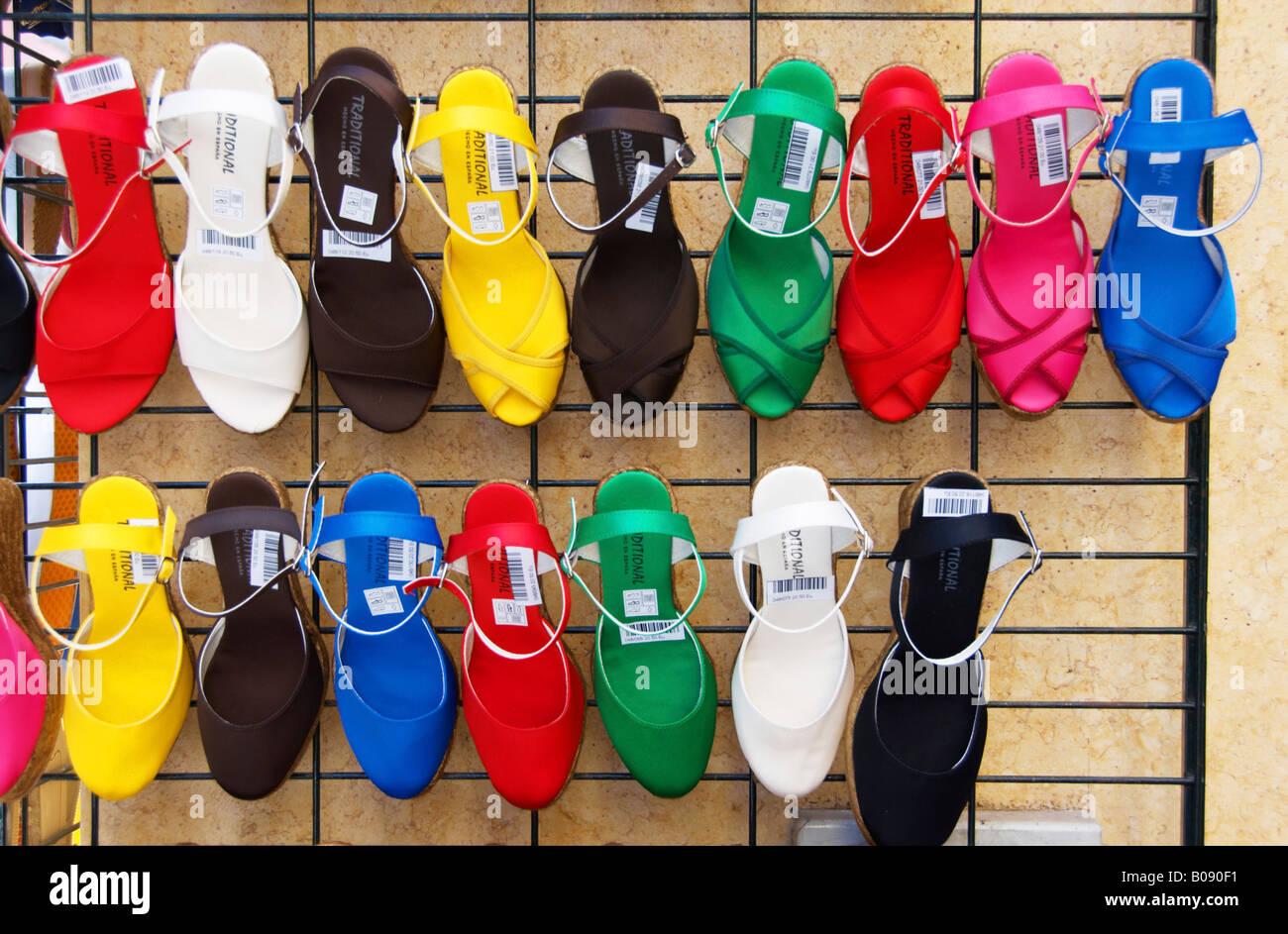 Tiendas En Una Mujer Tienda Sevilla De La Zapatos Calle aqgpAnC