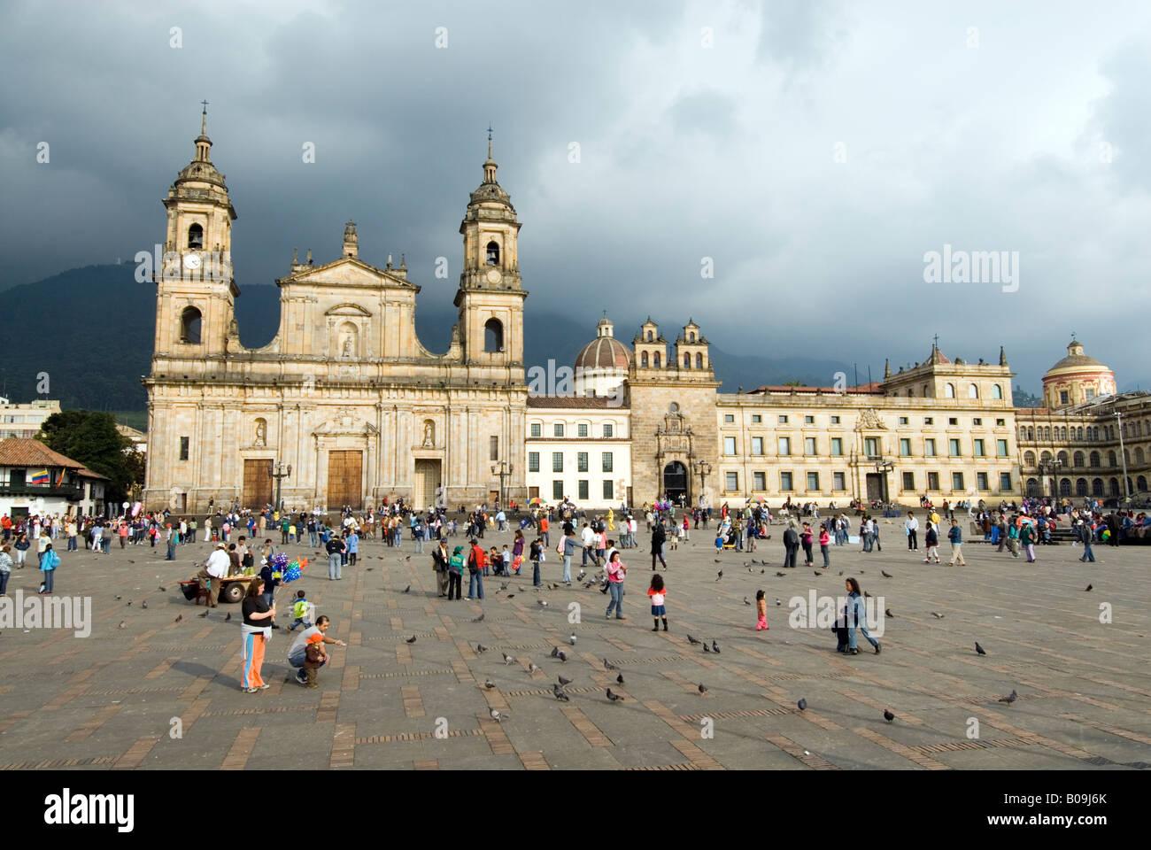 La Catedral principal sobre la Plaza de Bolívar Bogotá, Colombia Imagen De Stock