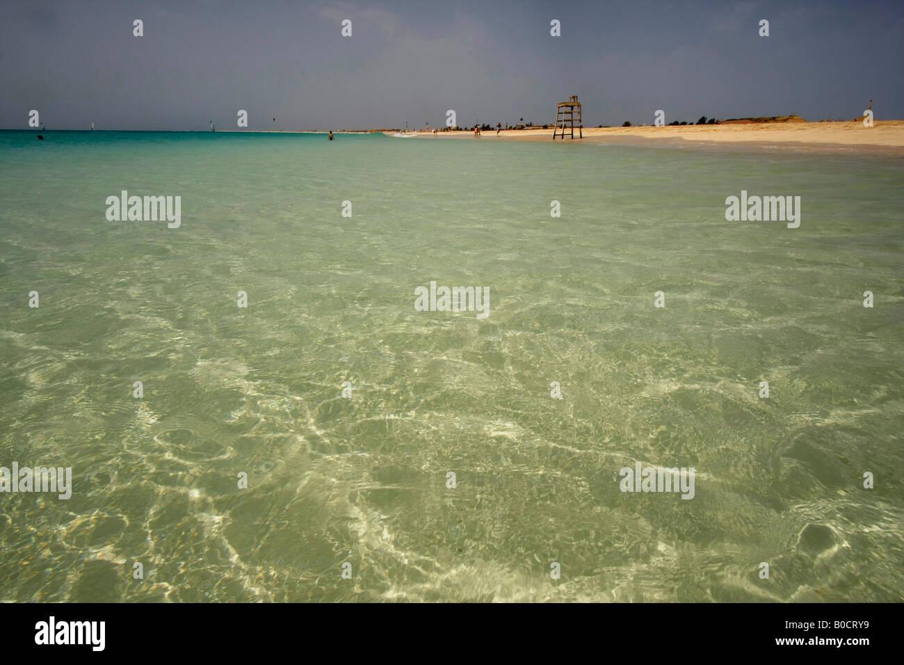 Las aguas cristalinas de la playa en la isla de Sal Santa Maria Foto de stock