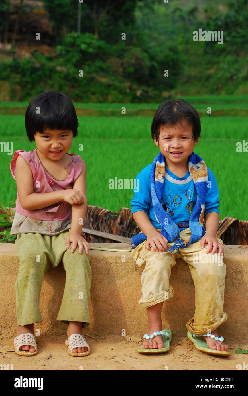 Dos cámaras tímidos los niños vietnamitas del norte Imagen De Stock
