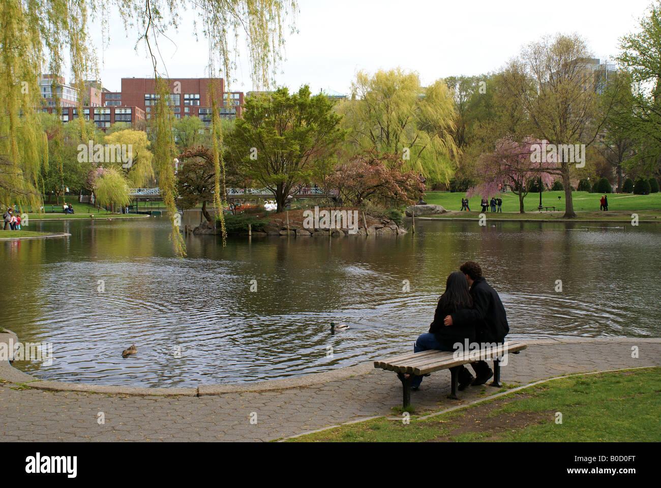 Una pareja sentada en Boston Public Garden Foto de stock