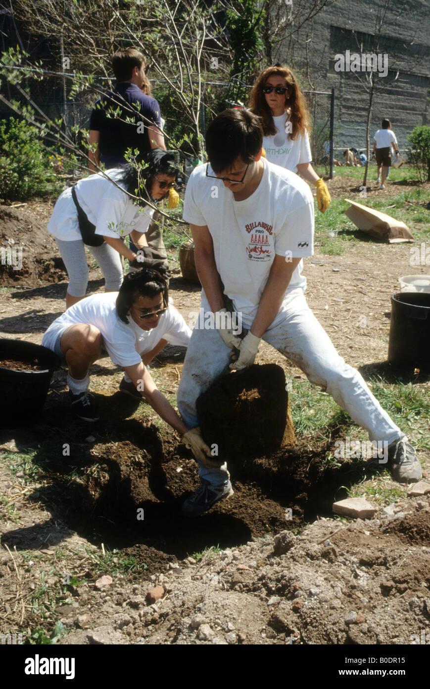 Los voluntarios plantan árboles en el día de la Tierra en un futuro jardín comunitario en Nueva York Imagen De Stock
