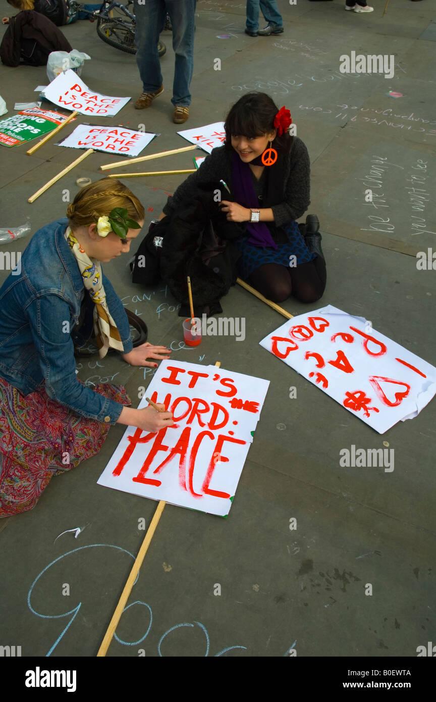 Chica pintar una pancarta en una paz rally en Trafalgar Square en Londres, Gran Bretaña. Imagen De Stock