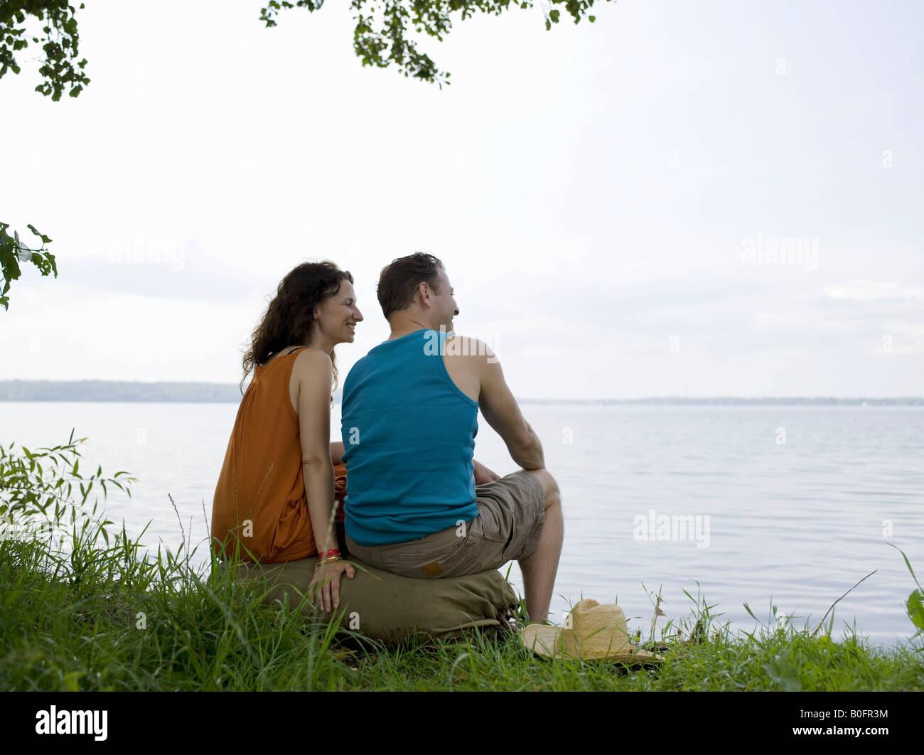 Un hombre y una mujer sentados juntos Imagen De Stock