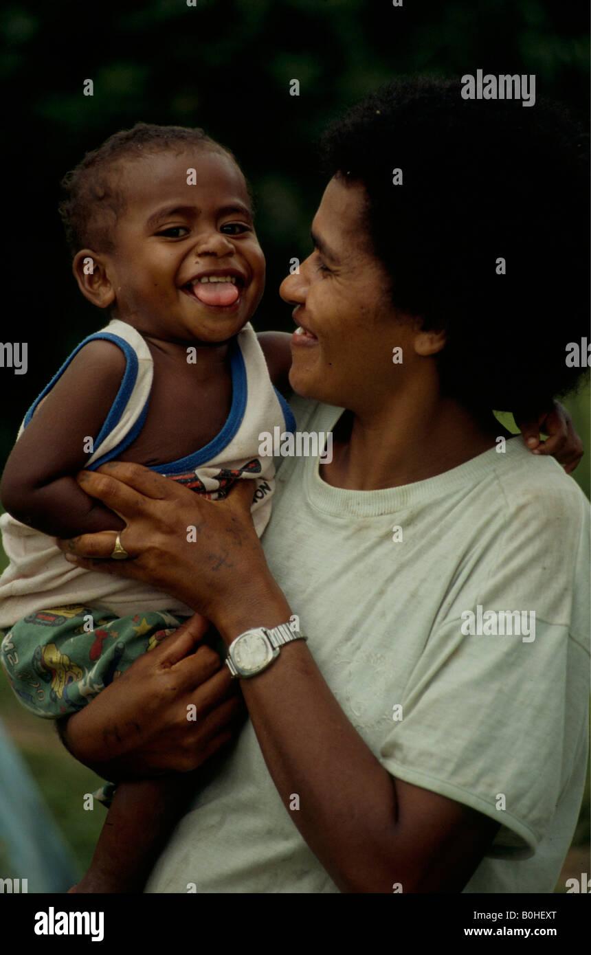 Retrato de una madre con su hijo de Fiji, abacá, Fiji. Foto de stock