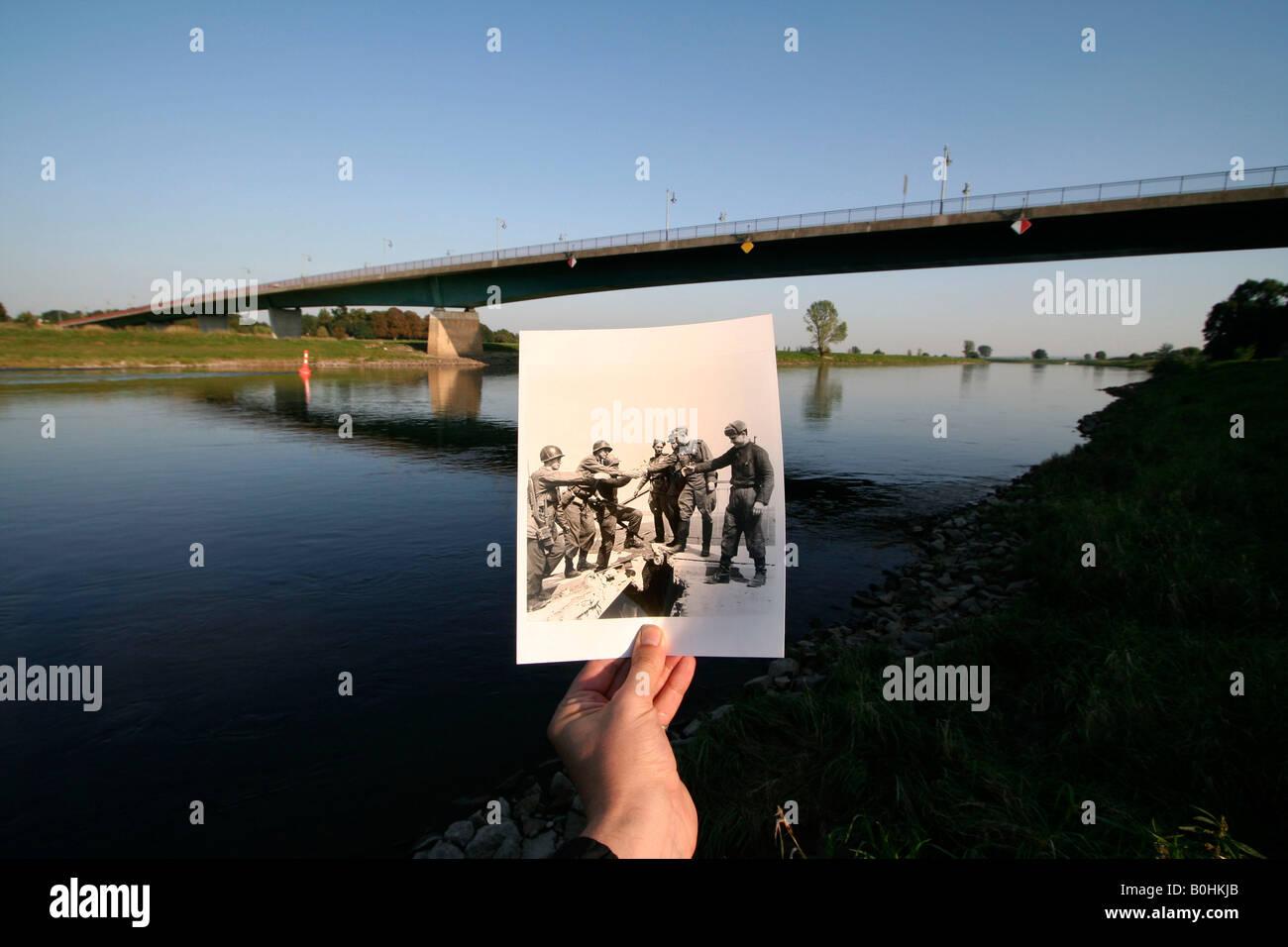 Entonces, como ahora, la mano sosteniendo una vieja foto en blanco y negro de las fuerzas soviéticas y estadounidenses Foto de stock