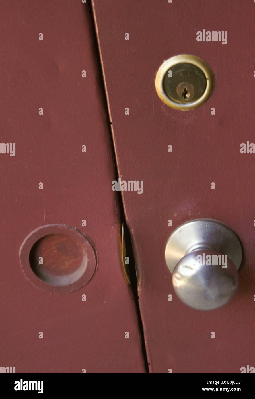 Cierre la perilla de la puerta de metal de bloqueo en edificio comercial Foto de stock
