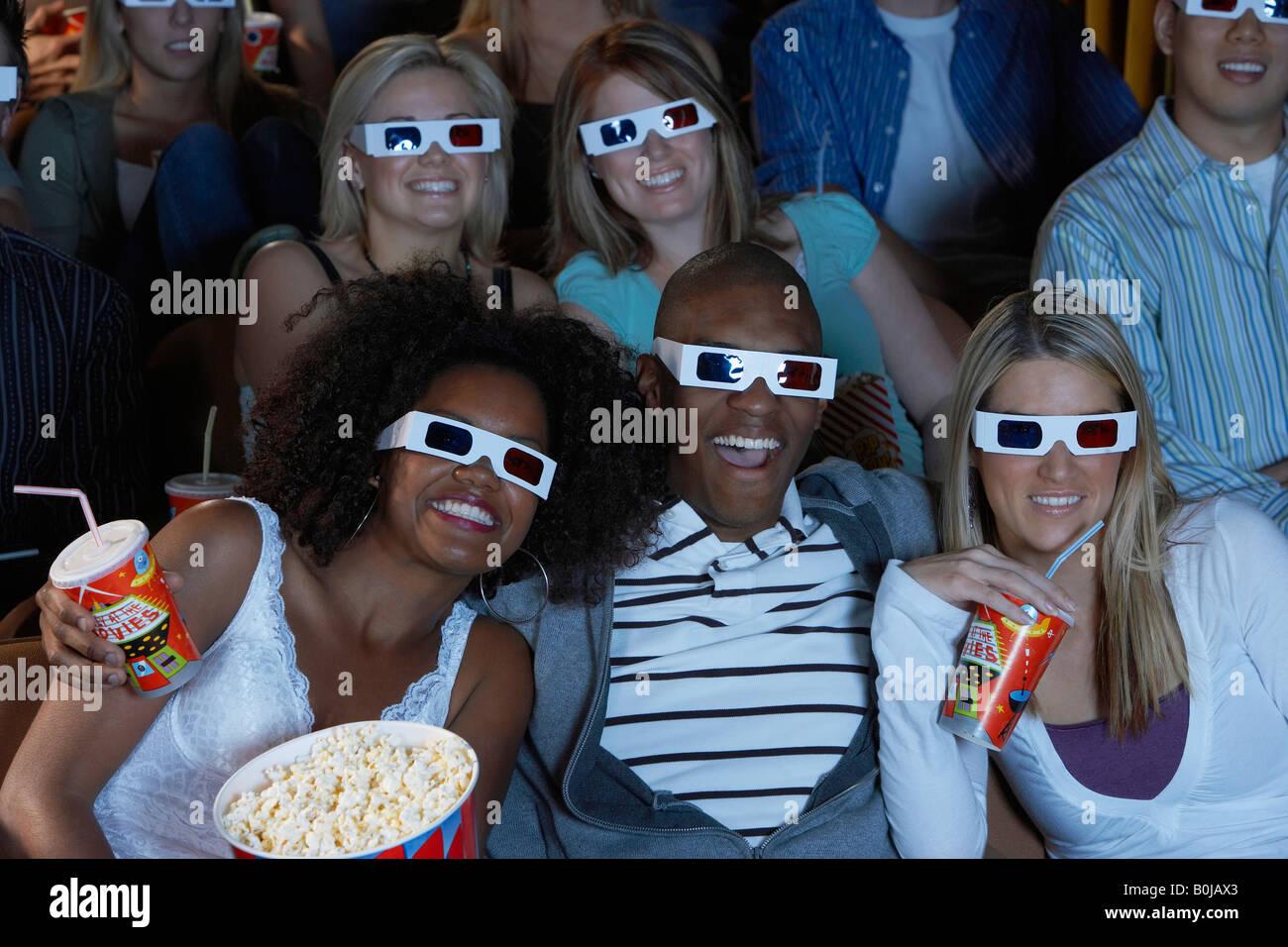 Público viendo la película en 3-D Imagen De Stock