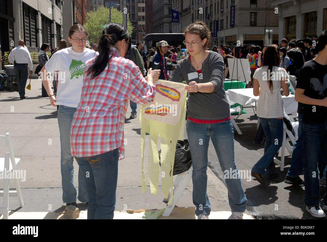 Reduzca su huella de carbono desfile desplazarse en la NYU el día de la tierra feria de la calle Imagen De Stock