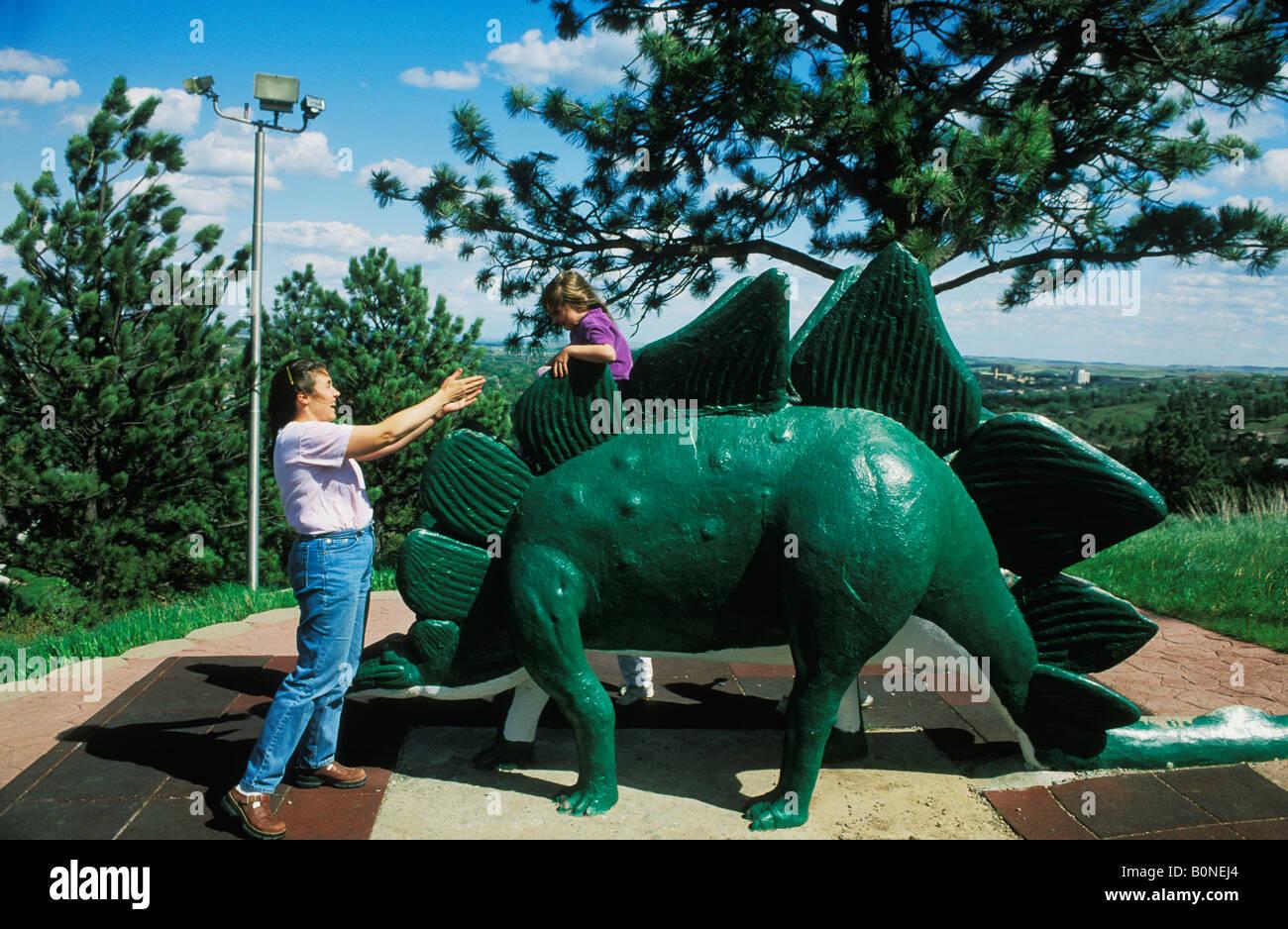 La madre y el niño que está jugando en el parque de dinosaurios en Rapid City South Dakota Foto de stock