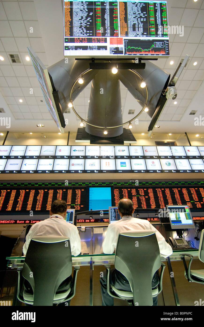 Corredores de Bolsa operan en Bovespa de Sao Paulo en Brasil Imagen De Stock