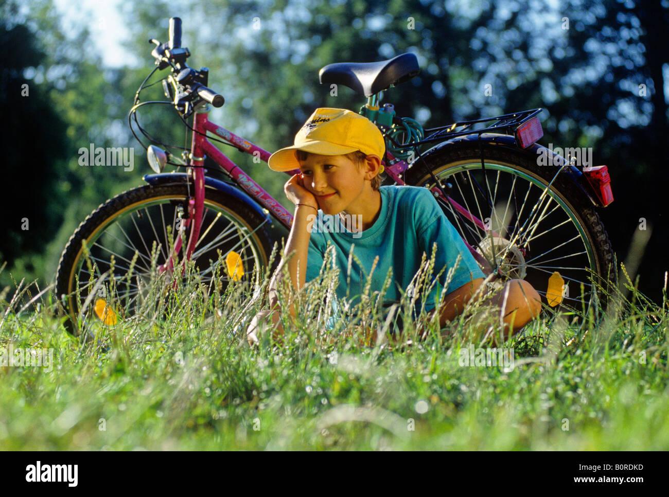 Retrato de muchacho sobre viaje en bicicleta Imagen De Stock