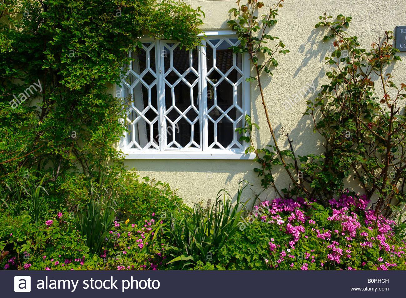 Jardín delante de la casa tradicional de un viejo cottage ingles Imagen De Stock
