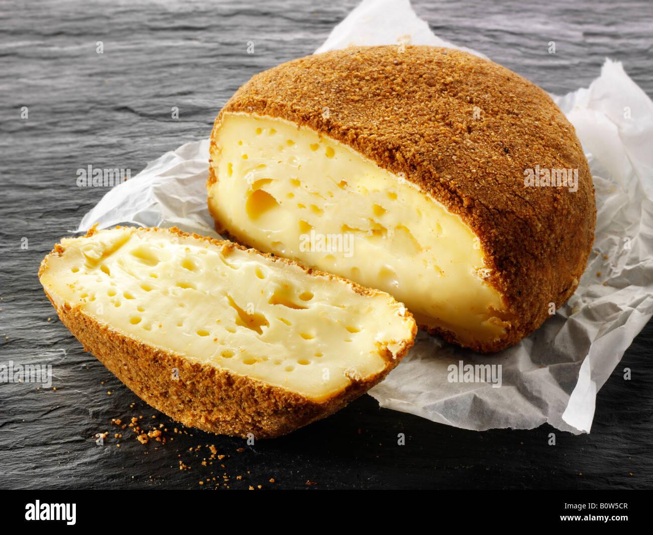 La Pucelle regional francesa de Normandía, queso de leche de vaca con licor de manzana de Fromagerie Maitre Pennec Foto de stock