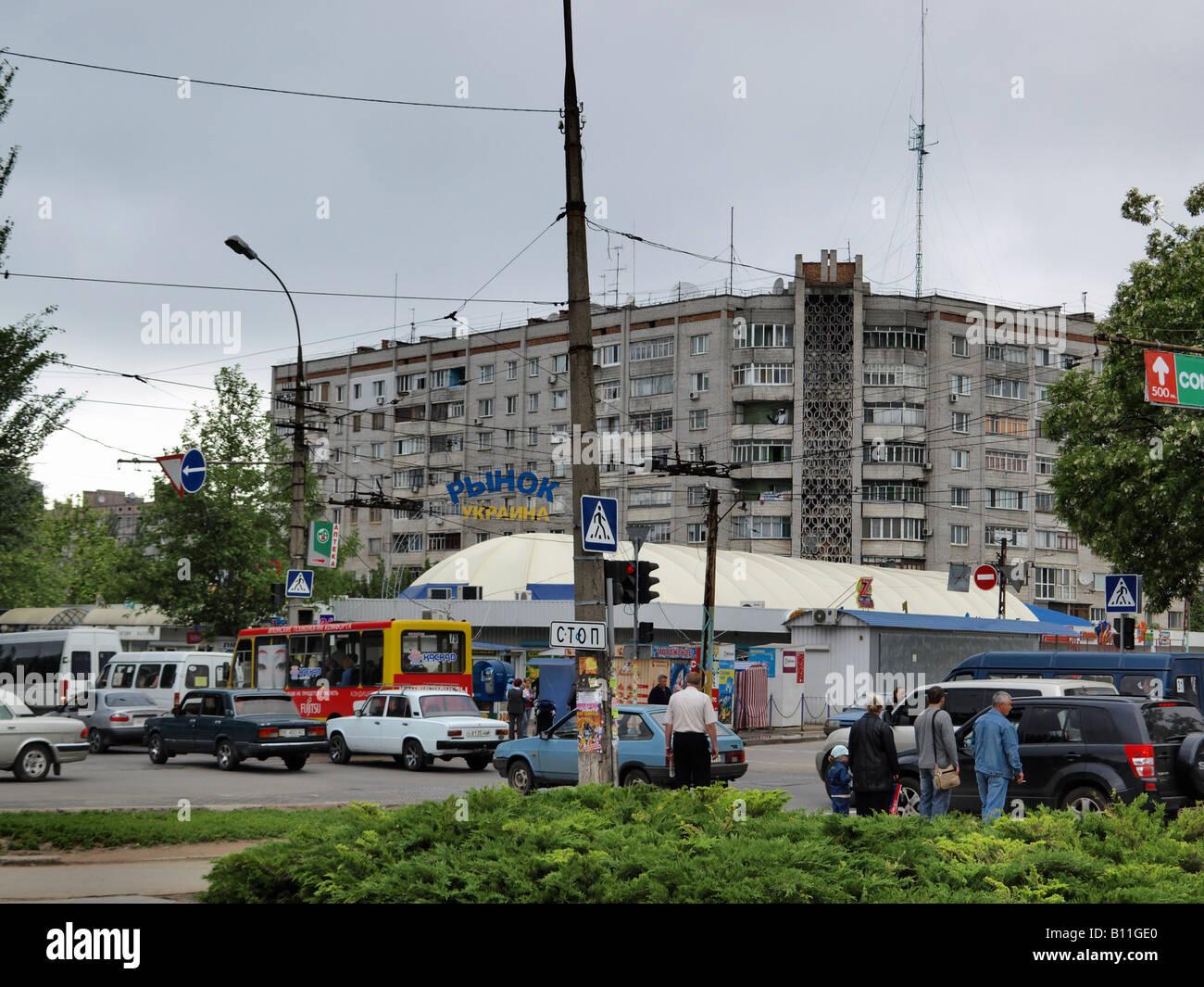 Una típica, cada día la vista de una concurrida intersección en una media ciudad ucraniana. Un gran Imagen De Stock