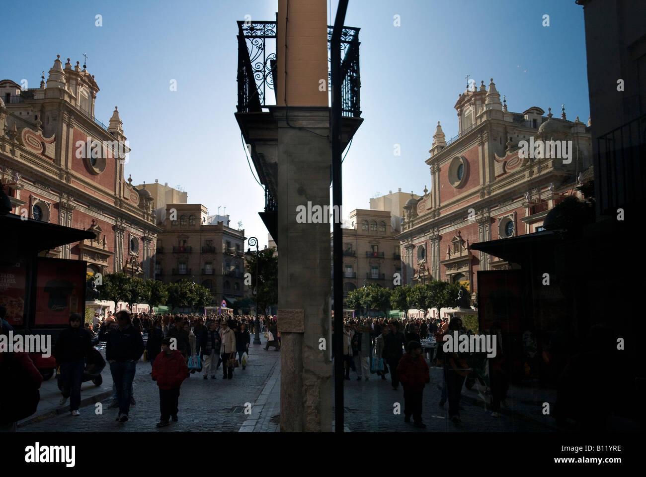 Iglesia de El Salvador reflejada en un escaparate, de Sevilla, España. Imagen De Stock
