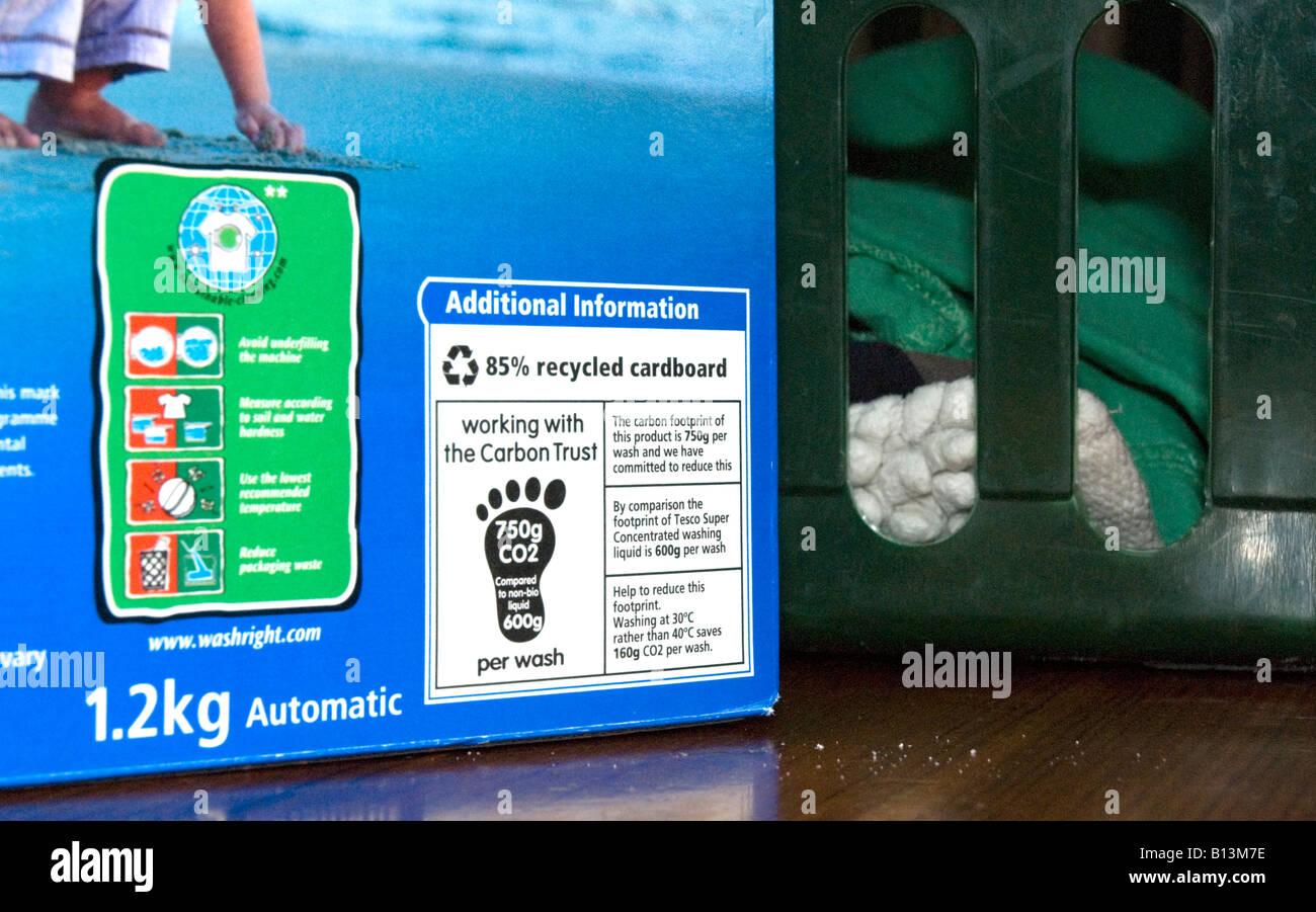 Etiqueta que muestra la huella de carbono en Tesco detergente en polvo desarrollado por el Carbon Trust para ayudar Imagen De Stock