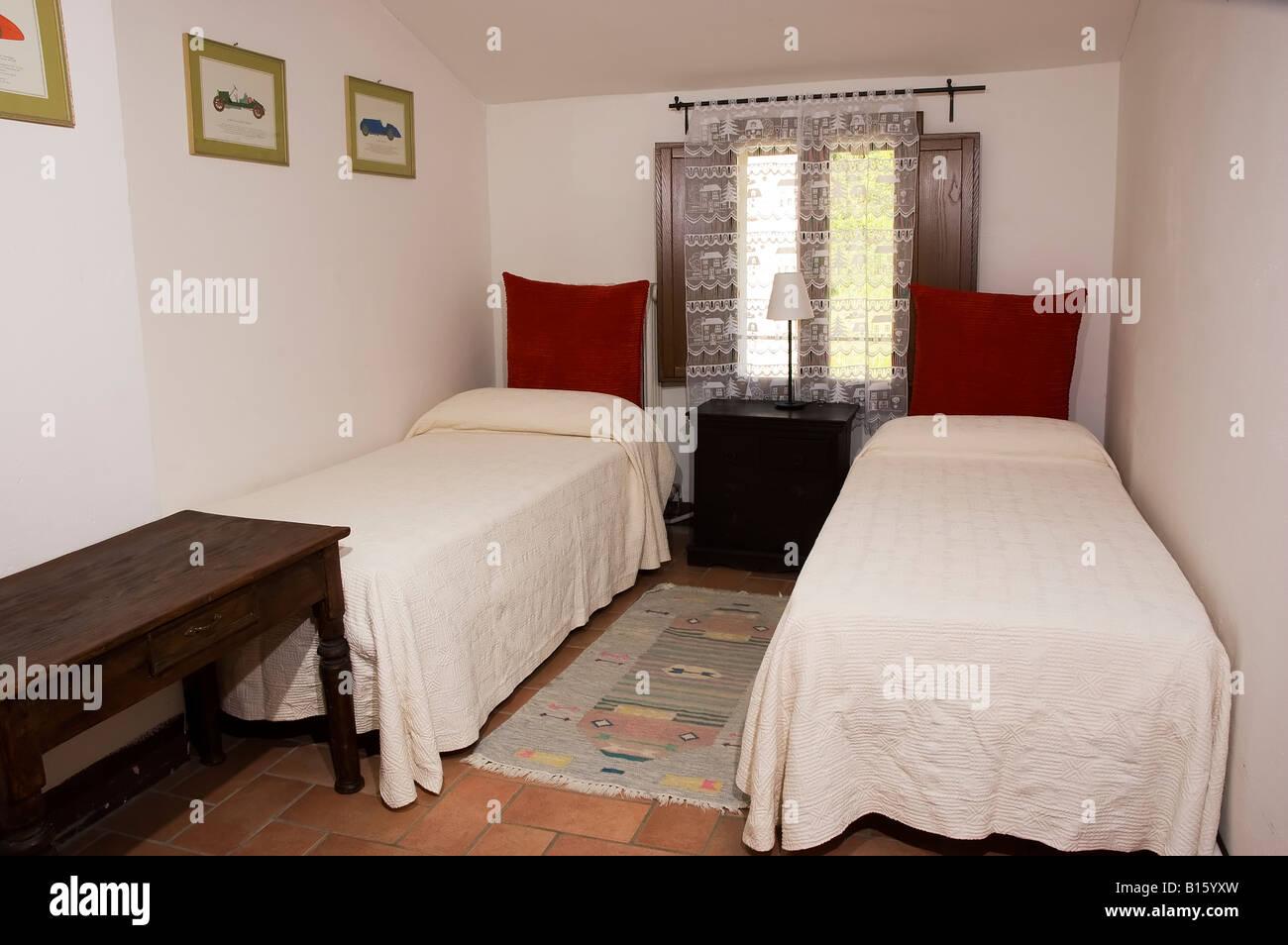Dos camas individuales en una habitaci n de hotel r stico - Dos camas en una ...