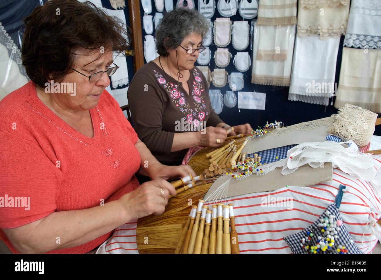 Las mujeres españolas tejiendo encajes en sus acericos - Cuadros en el municipio de Camariñas, en la región Imagen De Stock