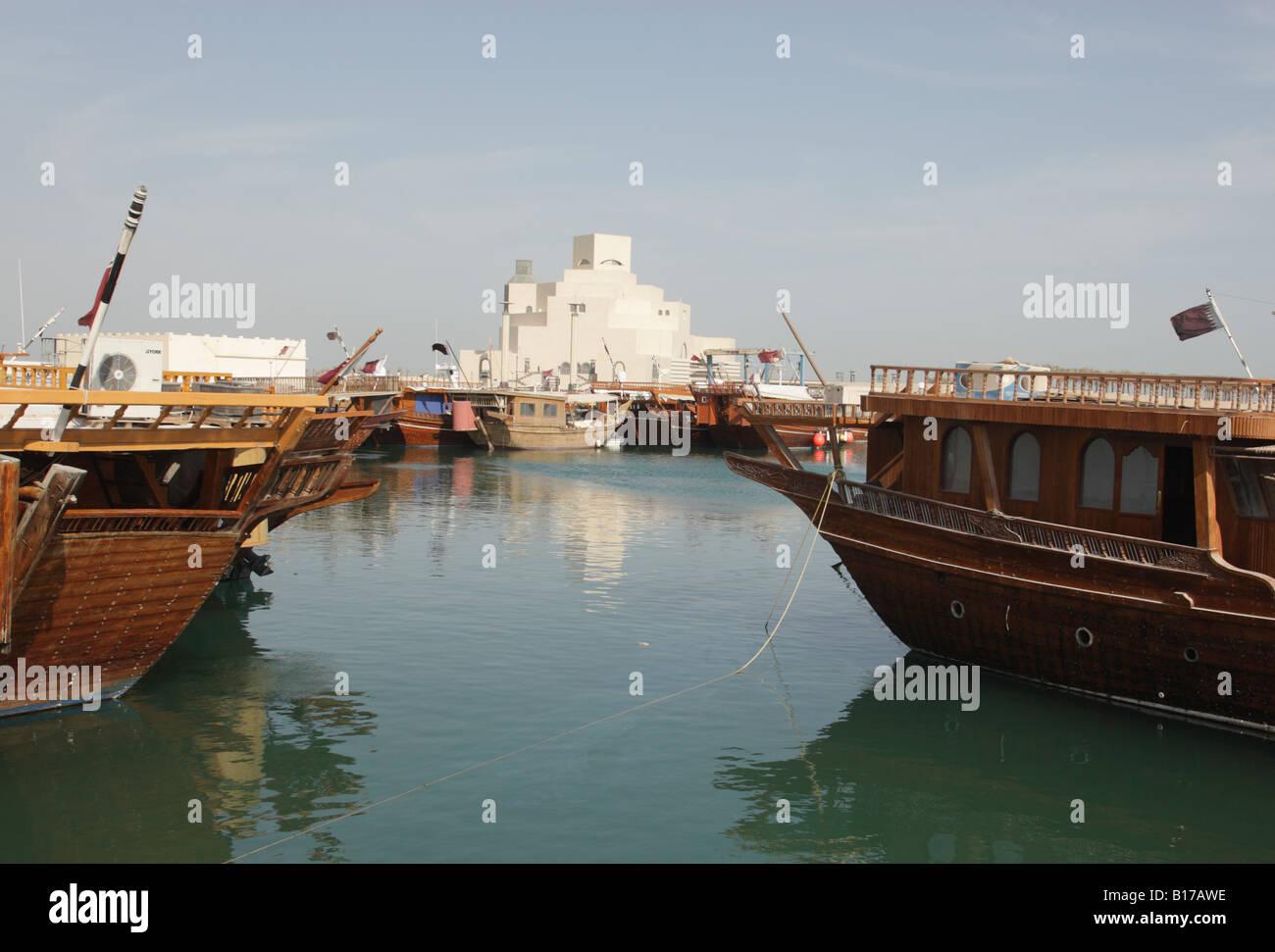 Vista a través del dhow harbor hacia el Museo de Arte Islámico en Doha, Qatar, construida por el arquitecto Imagen De Stock