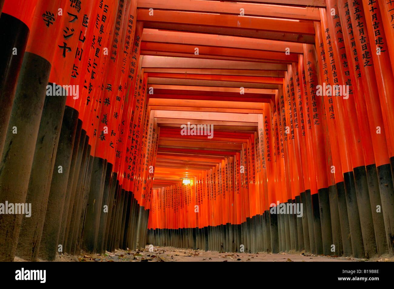 Puertas Torii Fushimi Inari Taisha Shrine de Kyoto Japón, Honshu Imagen De Stock