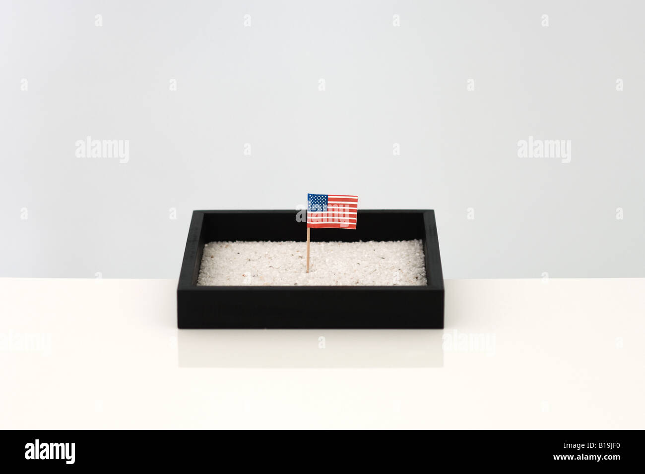Pequeña bandera americana en cajas de arena Imagen De Stock