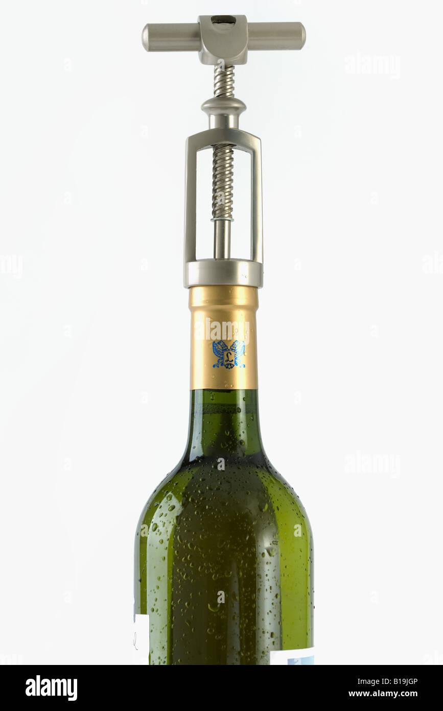 Sacacorchos en la botella de vino, close-up Imagen De Stock