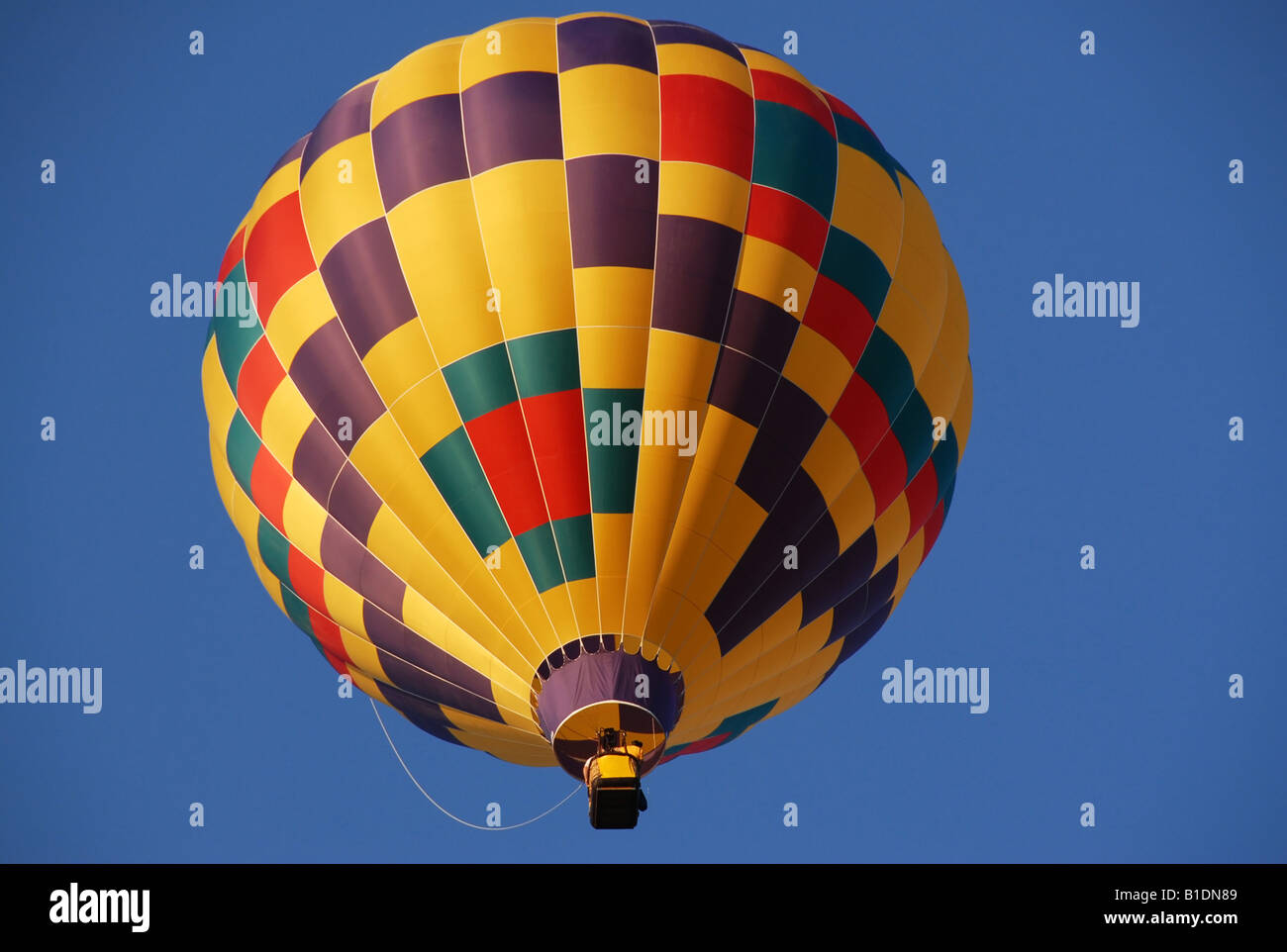 Un globo de aire caliente en el cielo azul Imagen De Stock