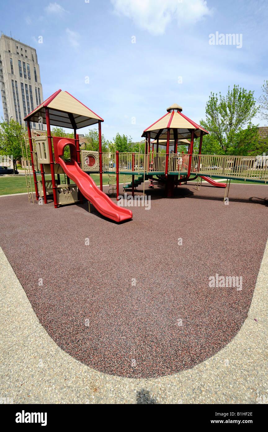 Parque De Juegos Para Ninos Con Superficie Hechas De Reciclado De
