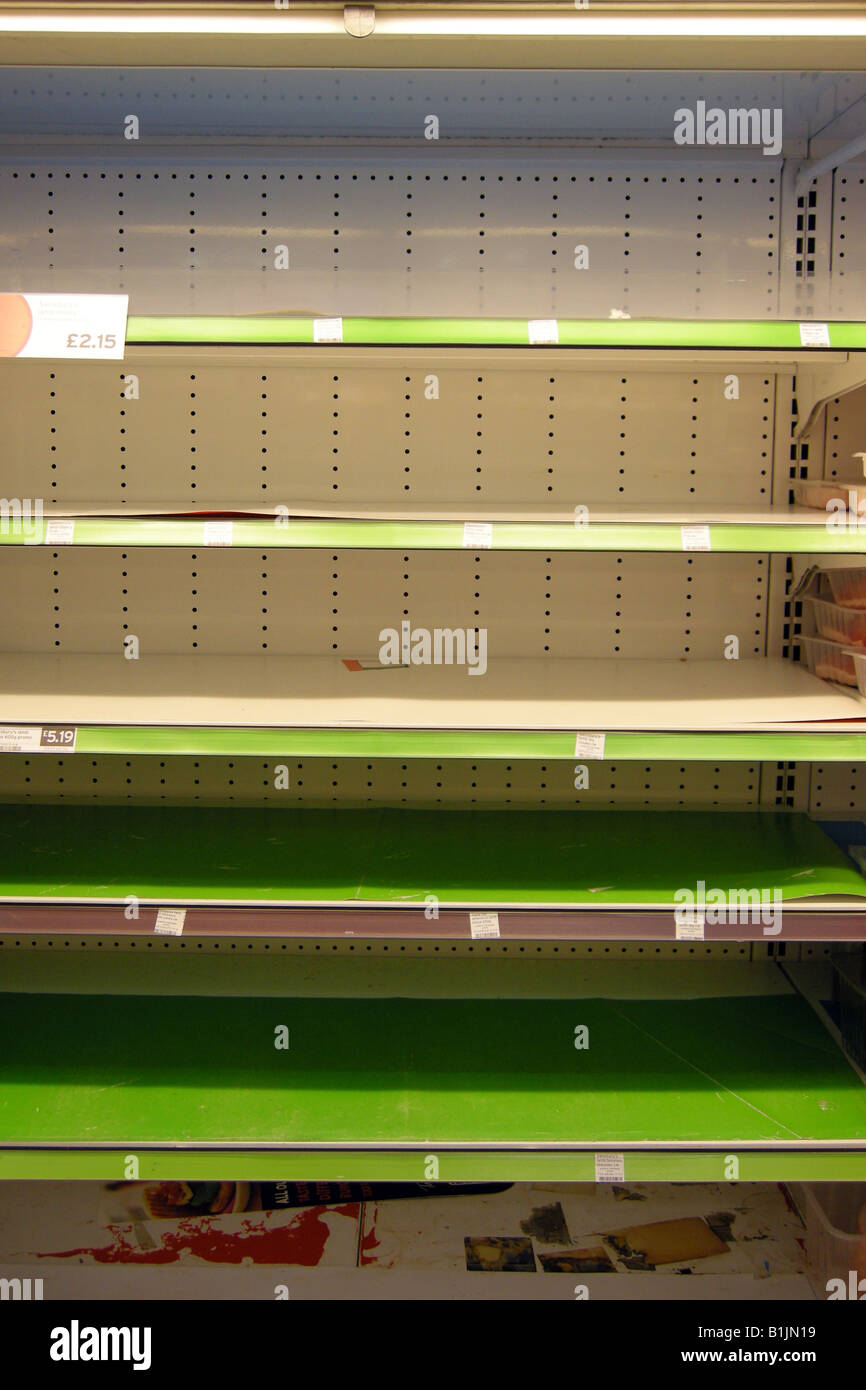 Los estantes vacíos en un supermercado debido a entregas no causado por la huelga Foto de stock