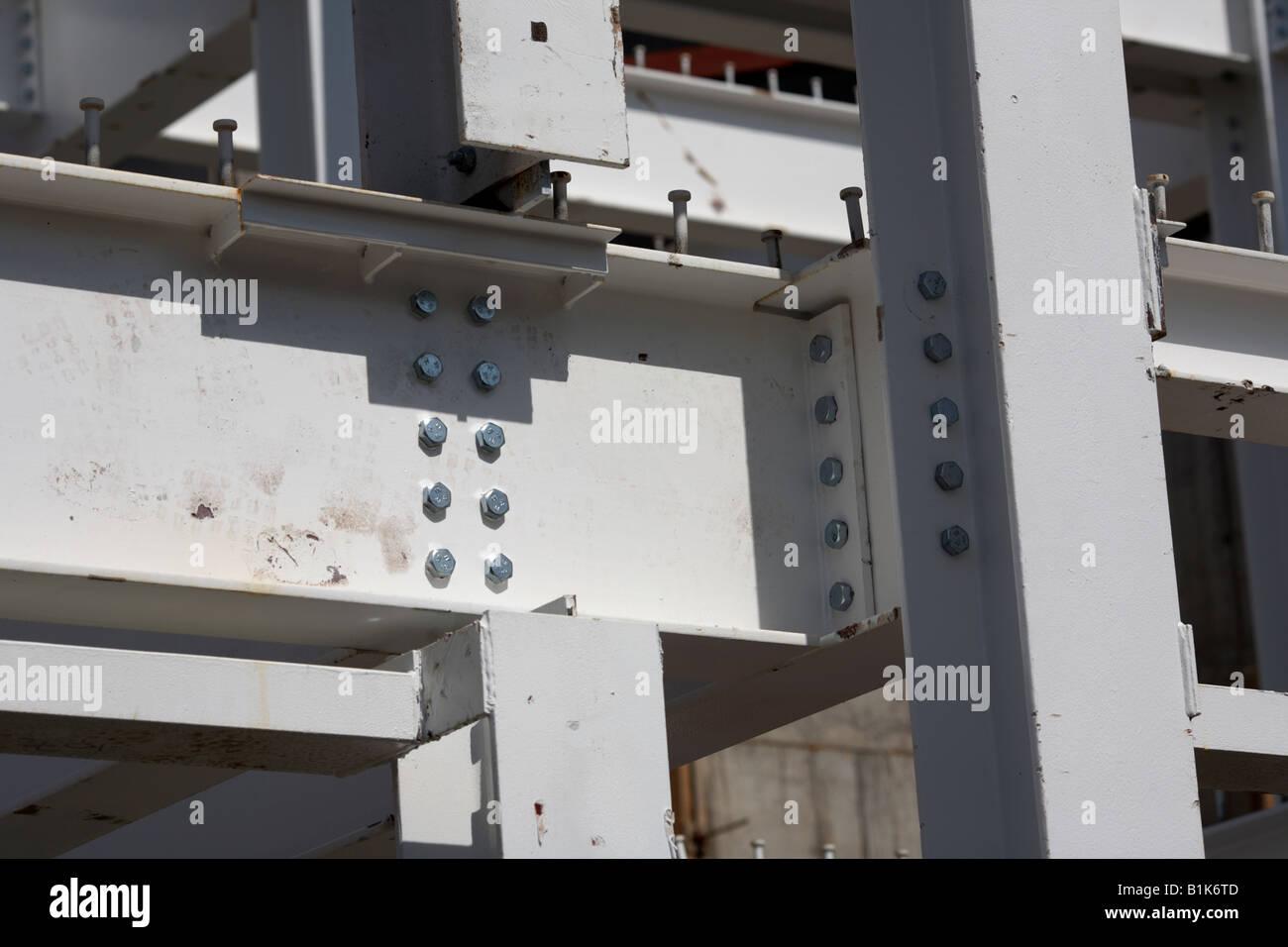 Yo barras metálicas atornilladas juntas para hacer el bastidor de acero de un edificio de Belfast, Irlanda Imagen De Stock