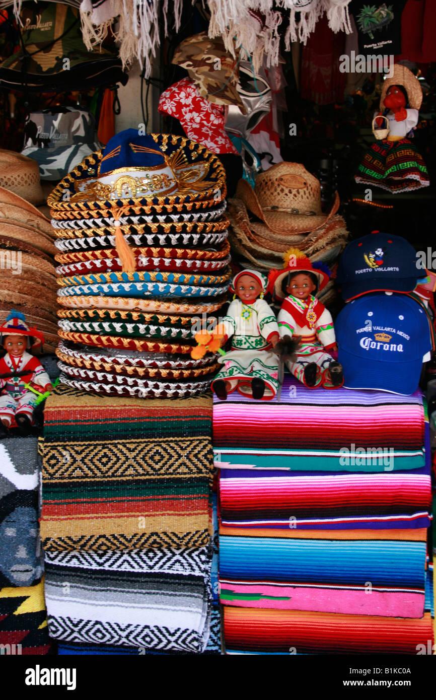 Muñecas cobijas y sombreros para la venta en una tienda de regalos en Puerto  Vallarta. 1e9e48edd23
