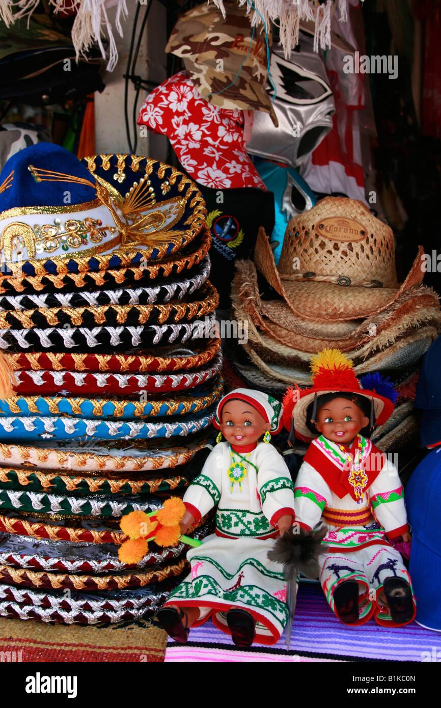 Muñecas mexicanas y sombreros para la venta en una tienda de regalos en Puerto  Vallarta 5092800bfa6