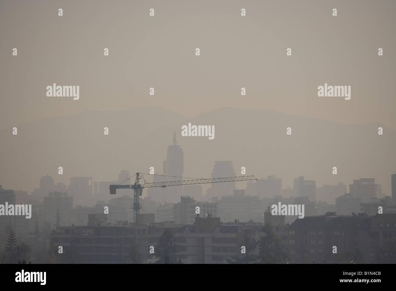La contaminación del aire es un gran problema no resuelto en Santiago de Chile el smog está presente en Imagen De Stock