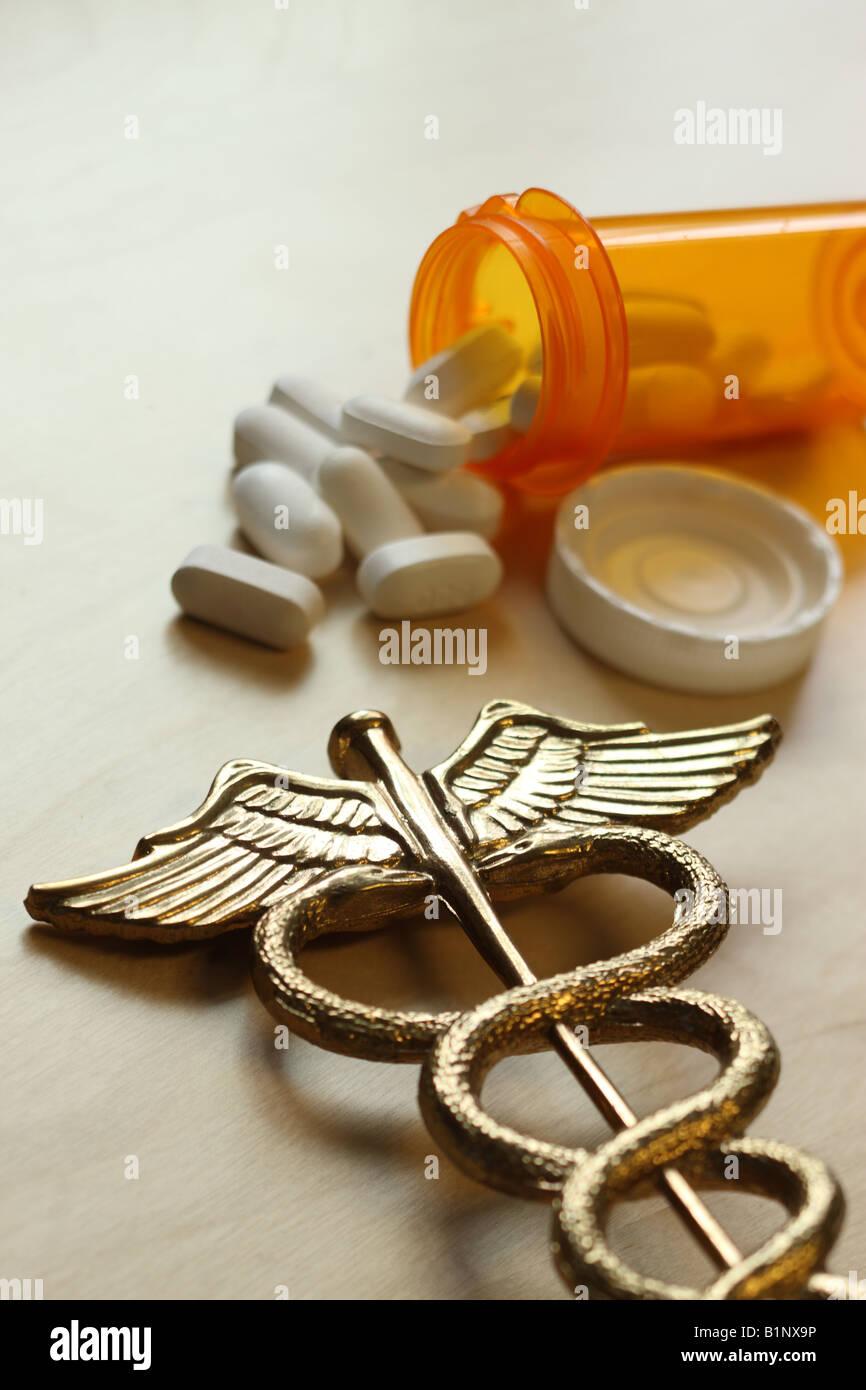 Concepto médico caduceo y bote de pastillas Imagen De Stock