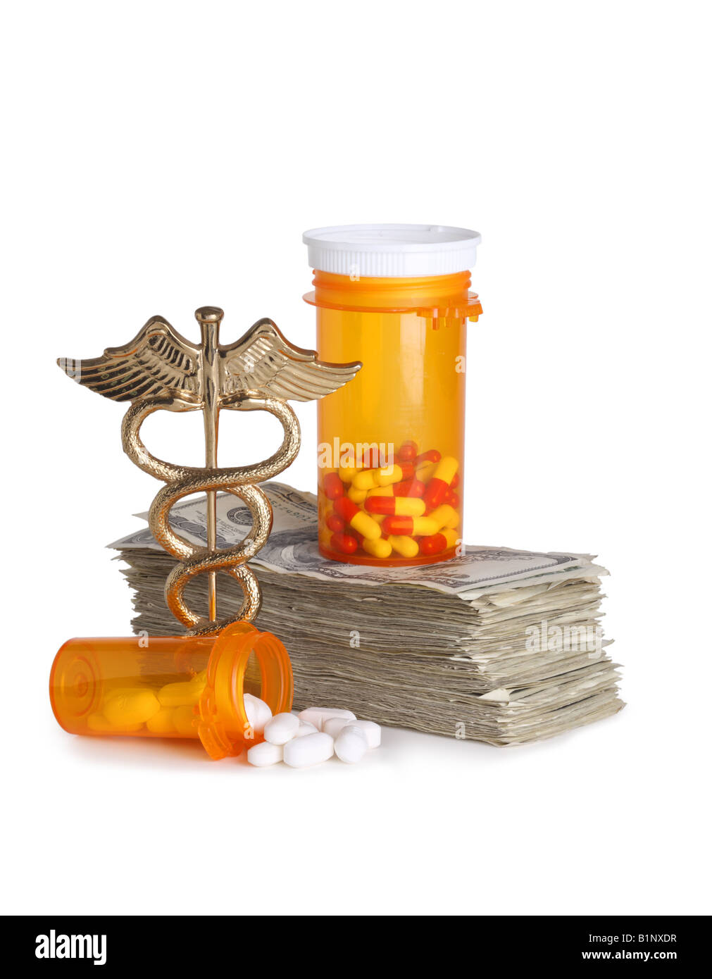 Concepto de salud costosos caduceo dinero y píldoras recortadas sobre fondo blanco. Imagen De Stock