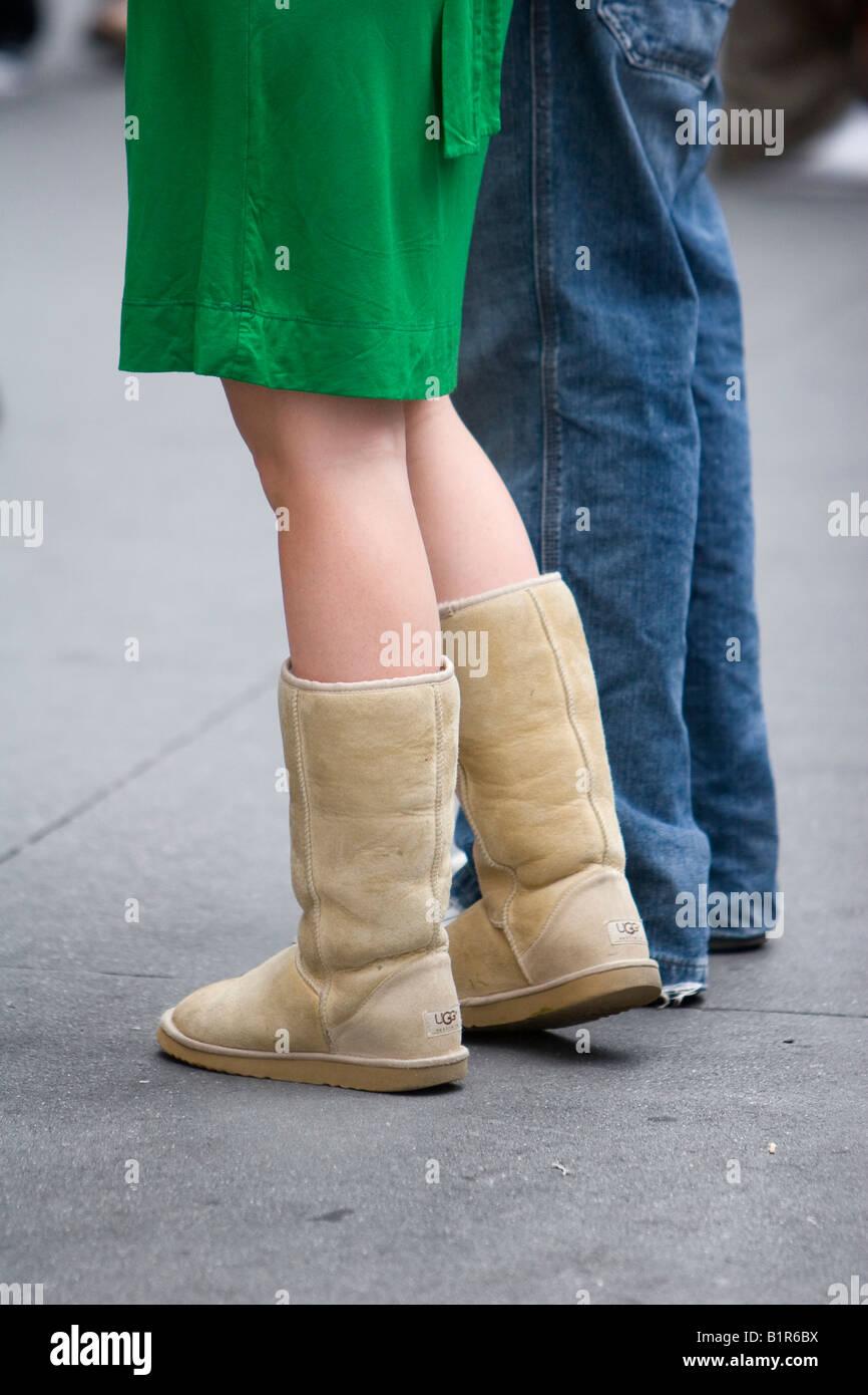 Una mujer vistiendo un par de botas difusa en la Ciudad de Nueva York Nueva York, 4 de junio de 2008 Imagen De Stock